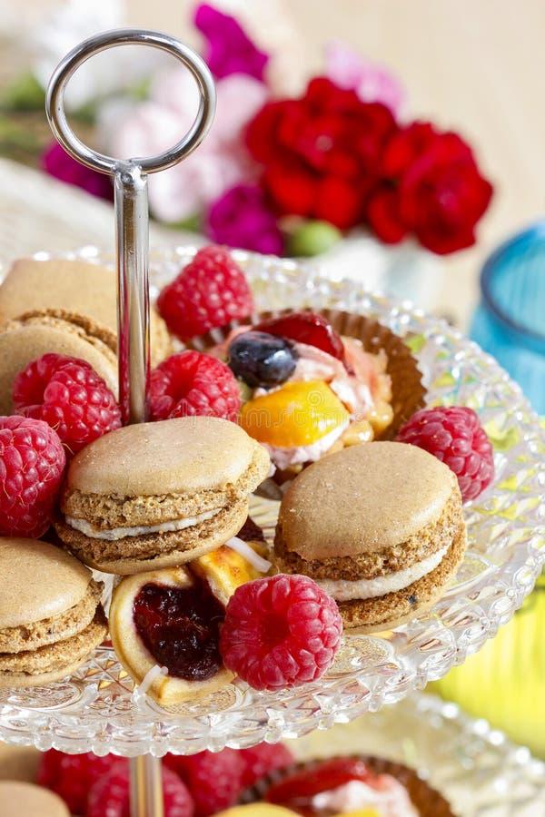 На двух уровнях стойка десерта вполне помадок стоковая фотография rf