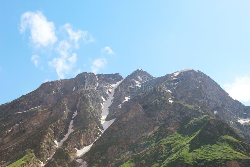 На высоте в полет ` s птицы Гора горы Elbrus стоковая фотография