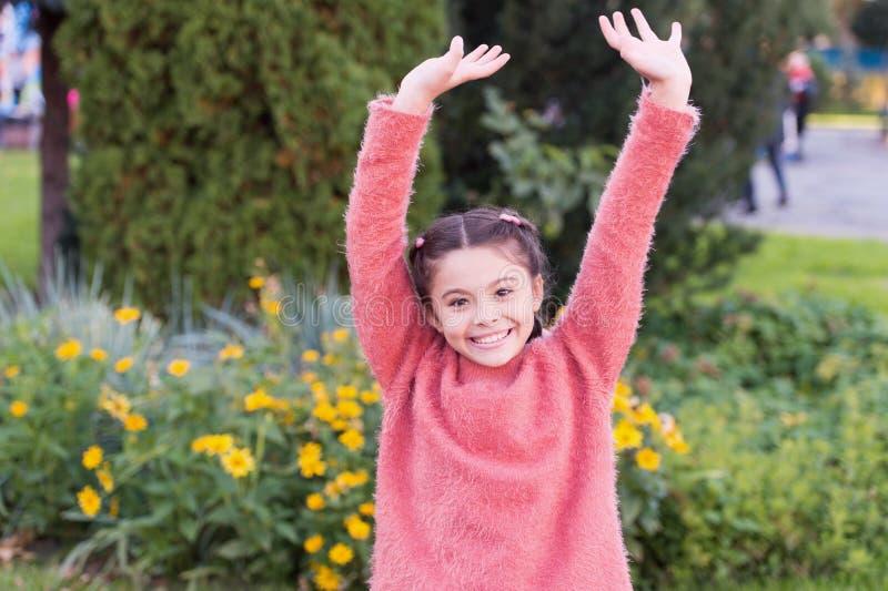 На выходных я сделать потеху Ребенок девушки имеет некоторую потеху в осени Счастливая девушка на ландшафте осени Усмехаться небо стоковое фото rf