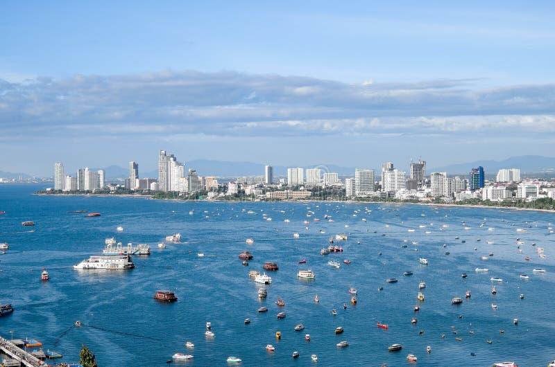 На городе Таиланде Паттайя с зданием и морем стоковые фотографии rf