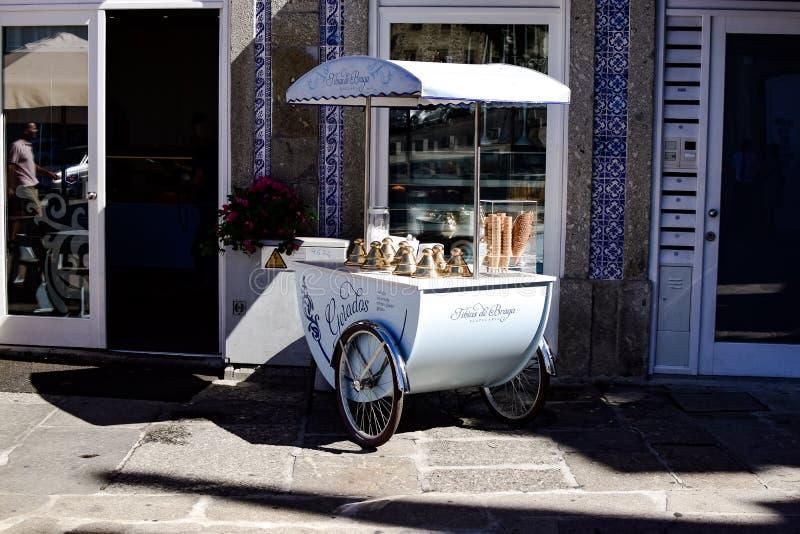 На горячий день ничего лучшее чем хорошее мороженое стоковое фото