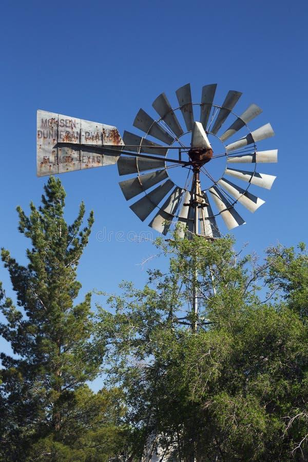 Надгробная плита, Аризона, США, 6-ое апреля 2015, винтажная ветрянка стоковые изображения rf