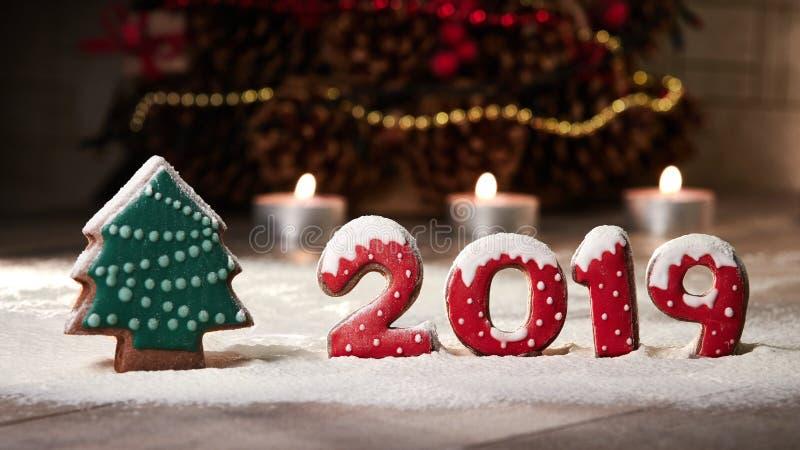 На дереве пряника и падениях 2019 снега пряника Расположение рождества на таблице стоковые изображения