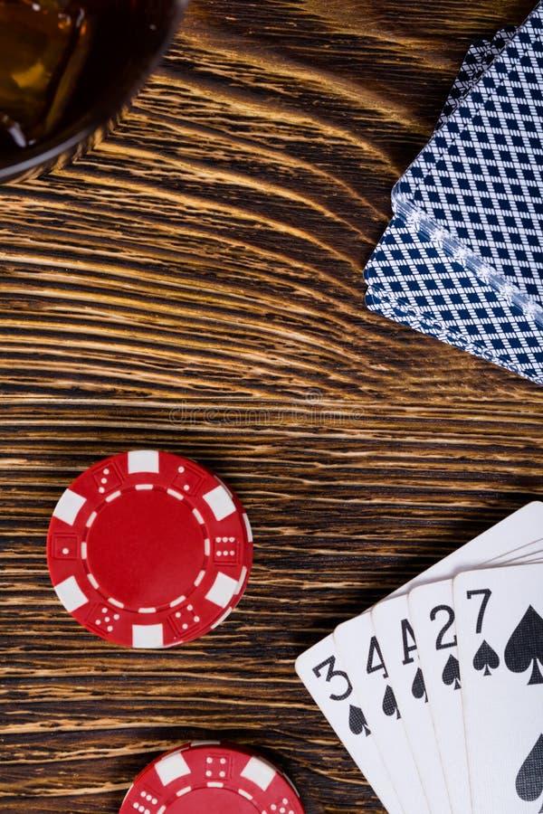 На деревянном столе, деньги для карточек игры и сочетания из играя стоковые фото