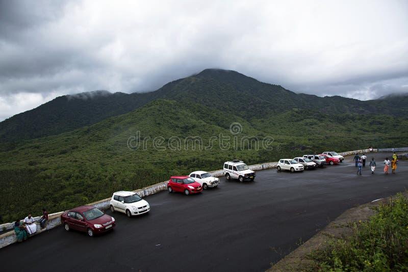 На дождливый день автомобили припаркованы на stationin холма строка стоковые изображения rf