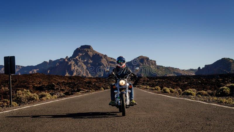 На дороге, вулканическая земля вулкана Teide природного парка, Канарских островов, Испании стоковые изображения