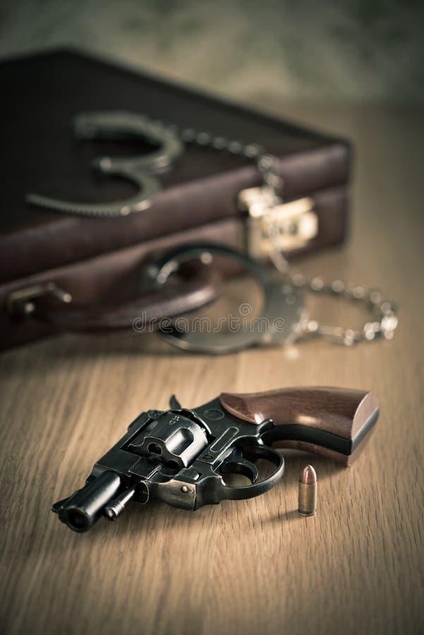 надевает наручники револьвер стоковое изображение rf