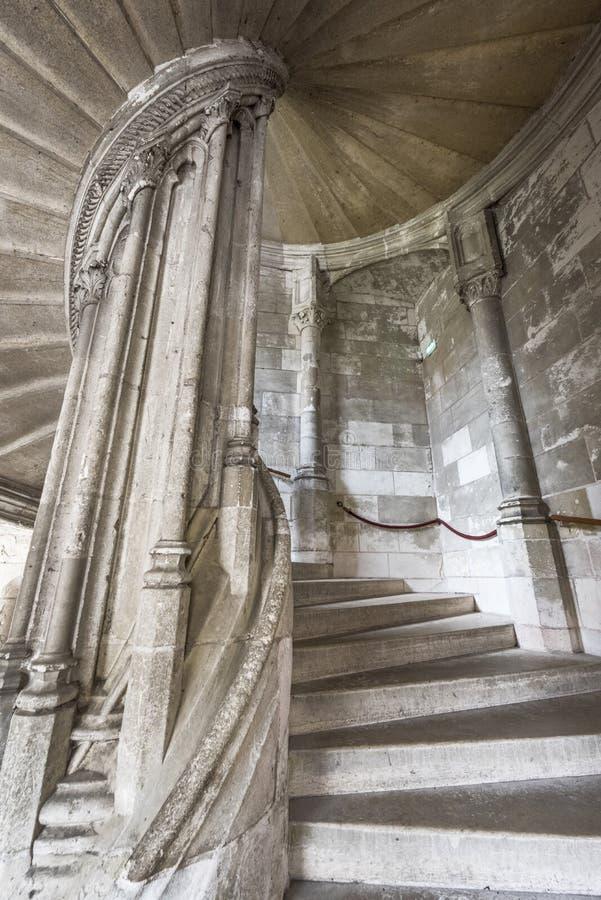 Download На лестницах замка Blois редакционное стоковое фото. изображение насчитывающей колонка - 81805473
