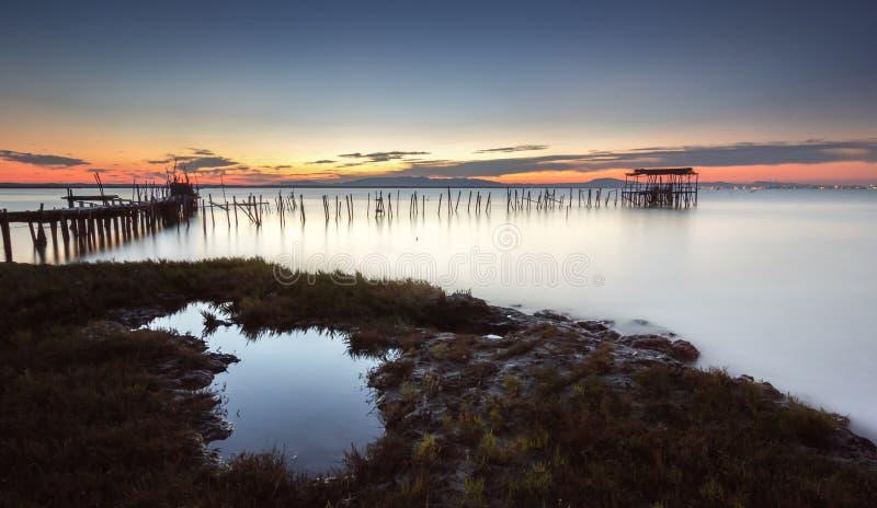 Надеяться конец дня с заходом солнца ослаблять на старой пристани стоковое изображение rf
