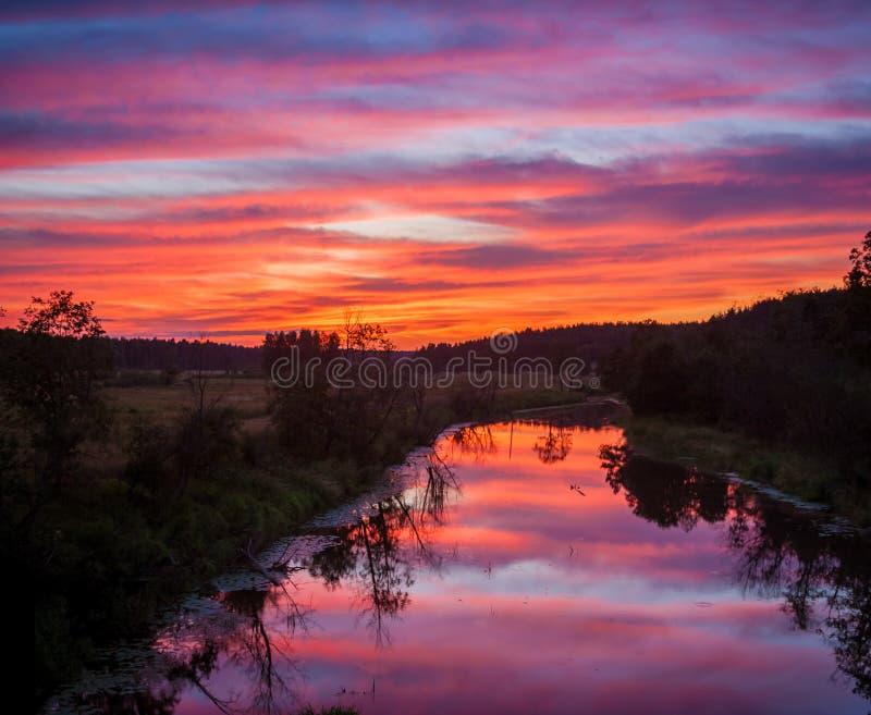над заходом солнца реки стоковое изображение