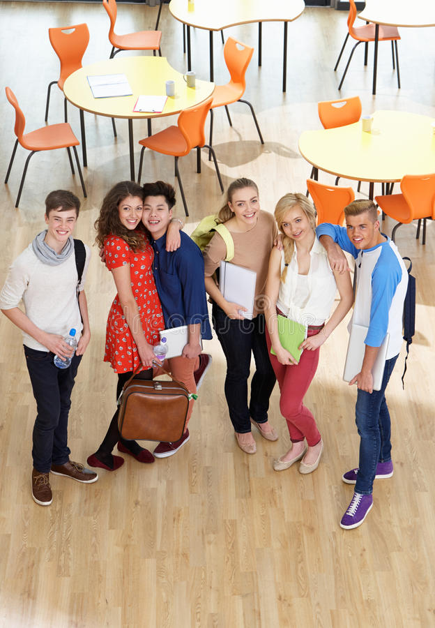 Надземная съемка студентов стоя в столовой стоковое фото rf