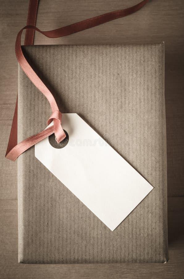 Надземные подарочная коробка и ярлык стоковое изображение