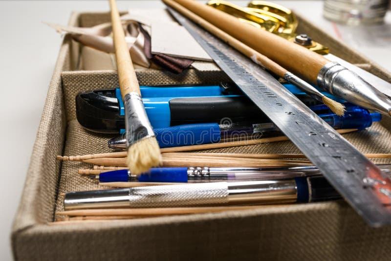 Надземный взгляд ручных резцов помещенных в коробке стоковое фото