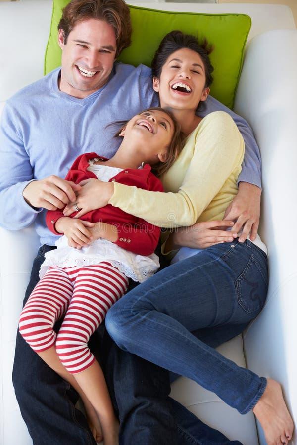 Надземный взгляд семьи ослабляя на софе стоковая фотография rf