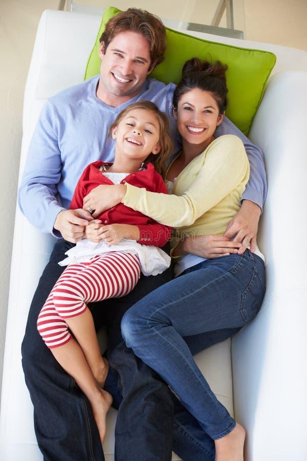 Надземный взгляд семьи ослабляя на софе стоковое изображение rf