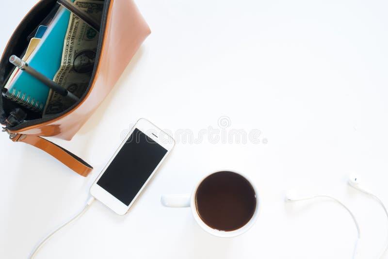 Надземный взгляд стола женщины с сумкой, мобильным телефоном стоковые фотографии rf