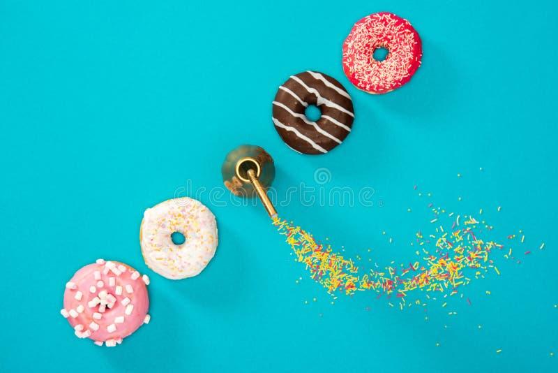 Надземный взгляд 4 donuts с красочной поливой в строке Donuts стоковое изображение rf
