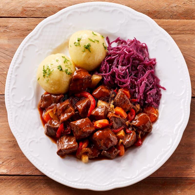 Надземный взгляд shredded тушёного мяса капусты и говядины стоковое фото