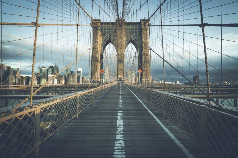 На известном Бруклинском мосте в утре стоковые изображения rf