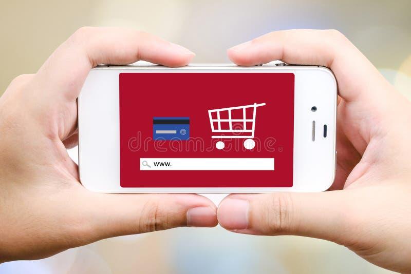 На линии покупках на умном экране телефона, E-commerced стоковые изображения