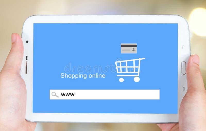 На линии покупках на экране таблетки, электронная коммерция стоковые изображения