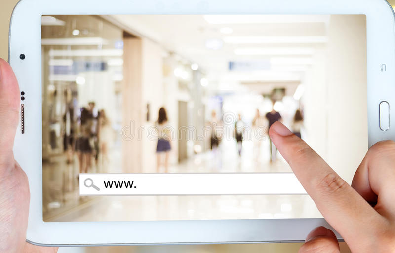 На линии покупках на экране таблетки, электронная коммерция стоковое фото rf