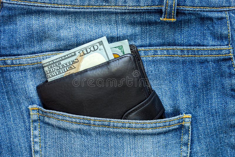 Наличные деньги смотрят из портмона стоковые изображения
