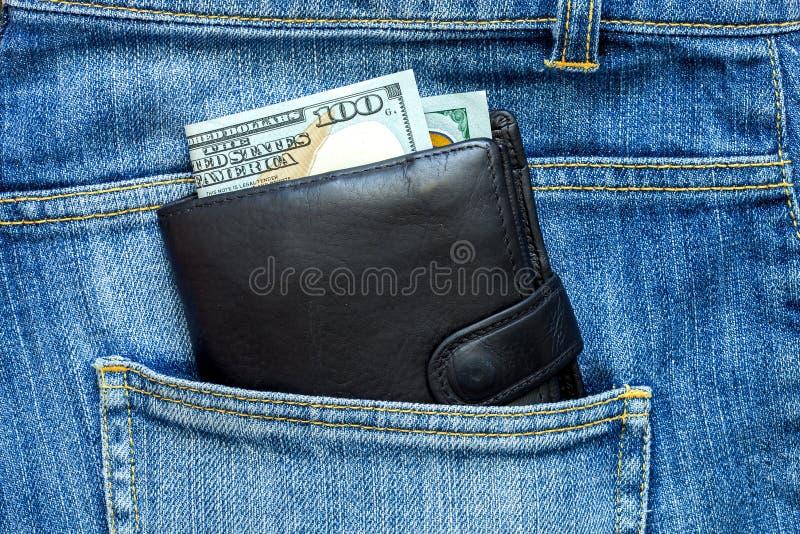Наличные деньги смотрят из портмона стоковое фото