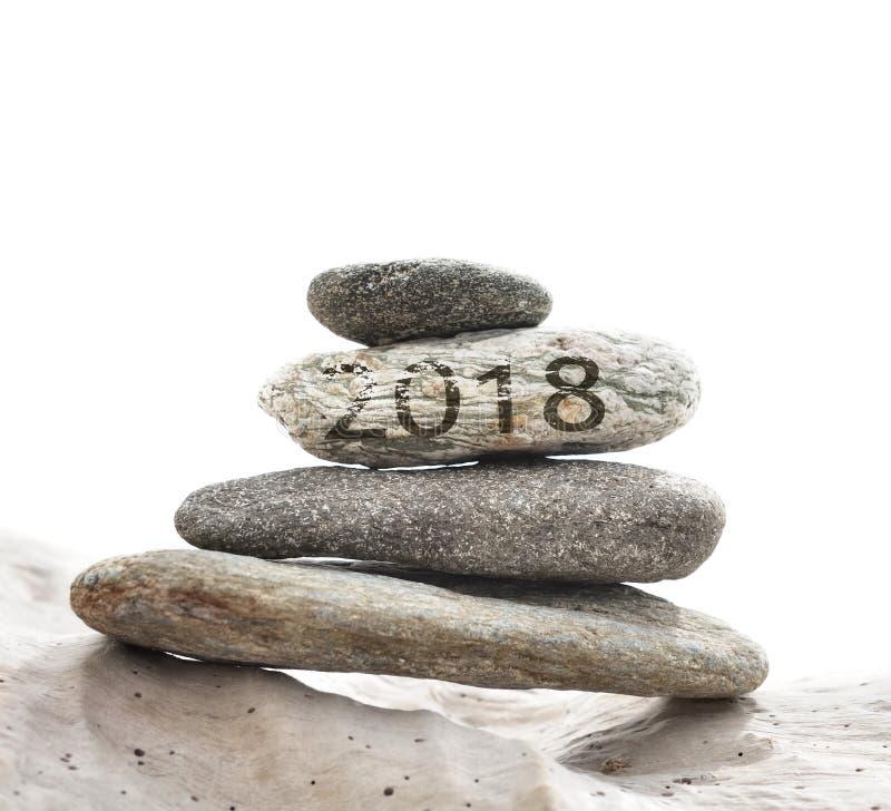 2018 на камешках штабелированных на driftwood стоковое изображение rf