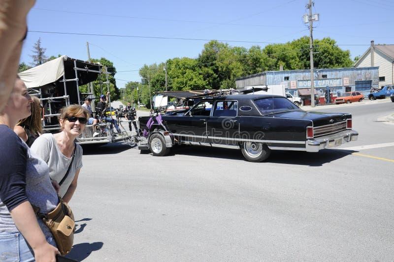 На киносъемке положения отличая ` автомобиля ` s Джонни ` около гаража ` s Bob выдуманная ремонтная мастерская ремонта автомобиле стоковая фотография
