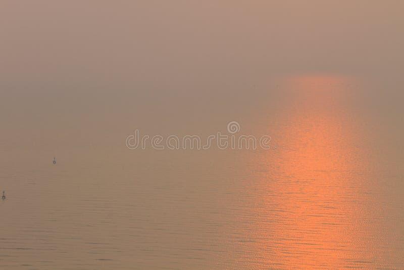 над красивейшим заходом солнца моря стоковое фото