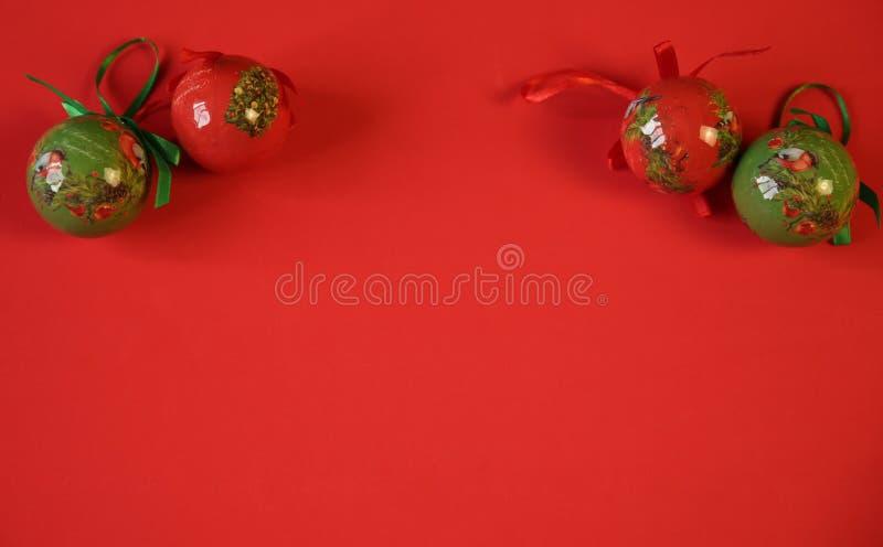 На красном фоне елые рождественские шары красного и зеленого цвета Рождественский фон, узор С копированием места для текста или и стоковые фотографии rf