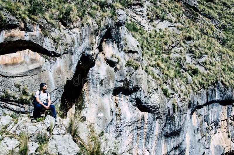 На краю скалы стоковое изображение