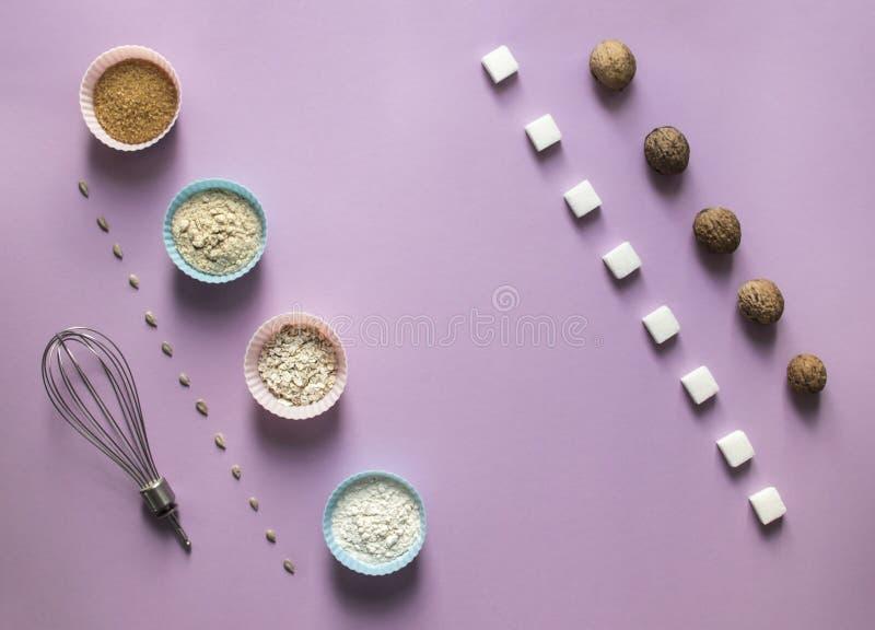 На кубах сахара семян подсолнуха плана розовой предпосылки раскосных уточненный венчик хлопьев муки пирожного прессформы грецкого стоковые изображения