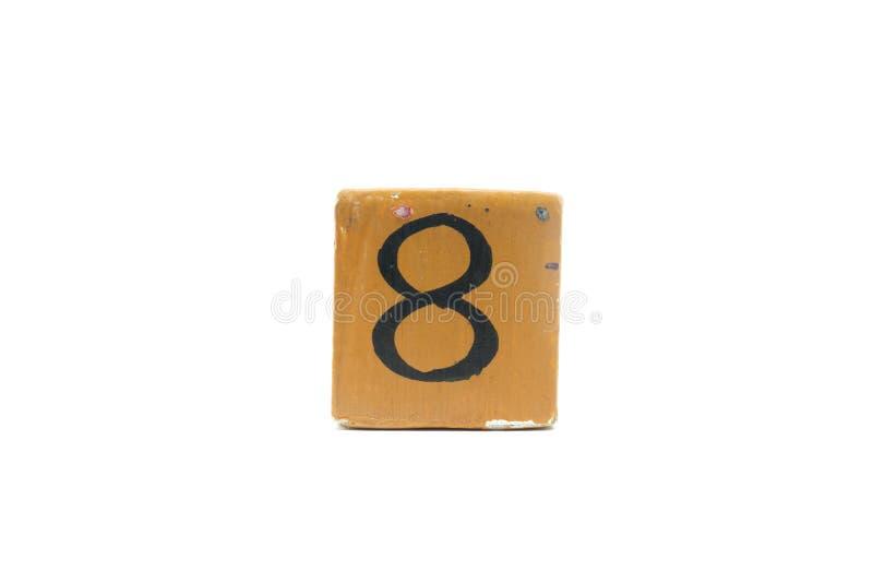 8 на кубе деревянного материала изолированном на белой предпосылке стоковые фото