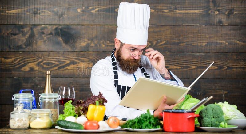 На мой взгляд, кулинария Улучшение навыков приготовления пищи Рецепты книг По рецепту Человек-бородатый шеф-повар готовит еду Гай стоковые изображения rf