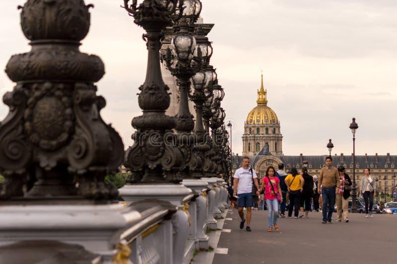 На мосте - PONT АЛЕКСАНДРЕ III, Париж стоковые фотографии rf