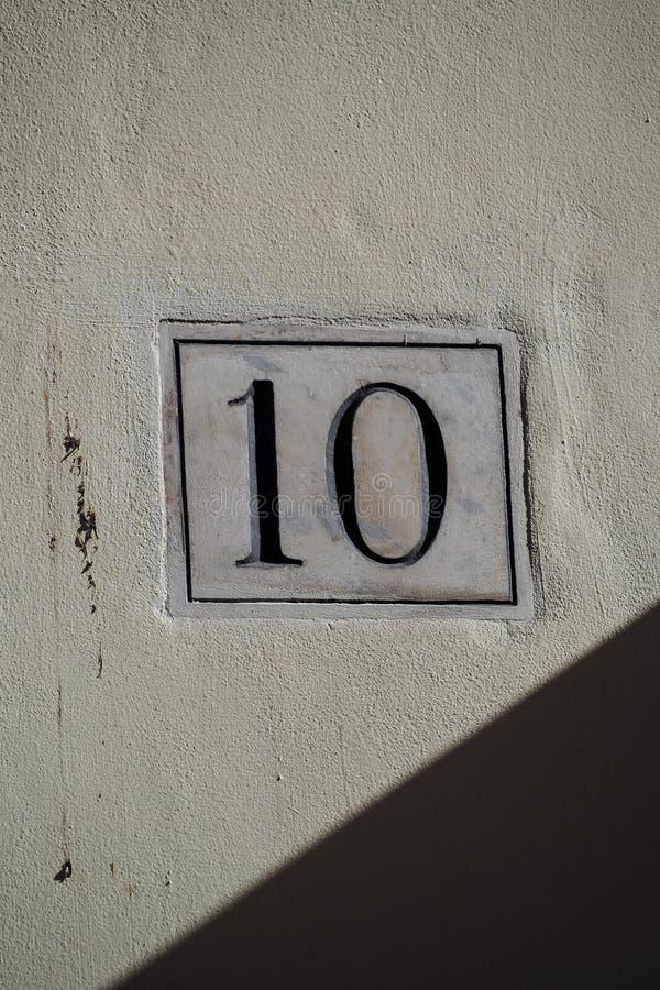 10 на мраморной металлической пластинке на стене гипсолита стоковые изображения