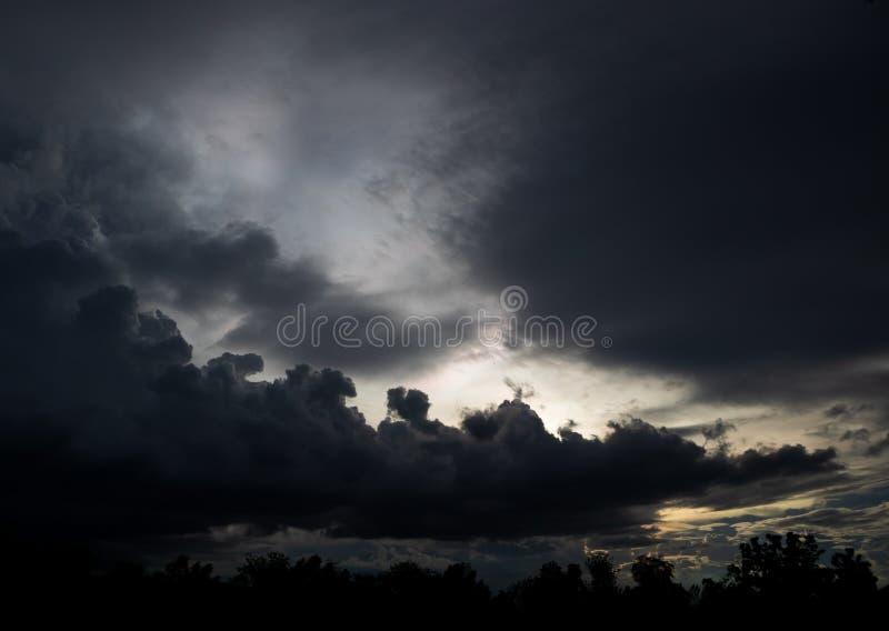 На небе покрывает повсюду облаками стоковое изображение rf