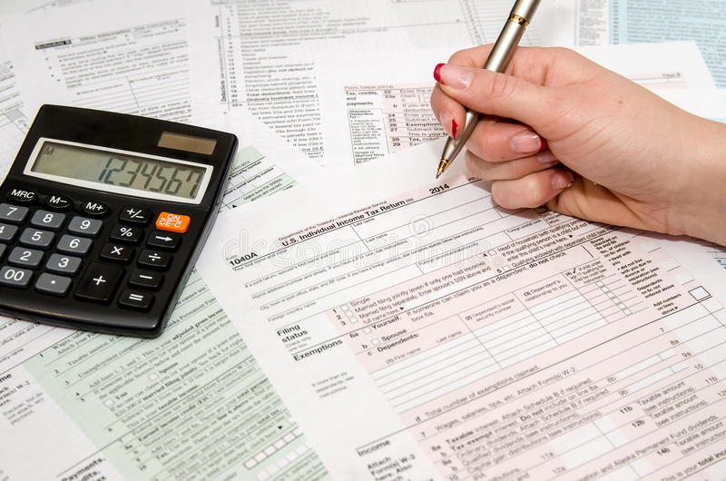 Налогоплательщик заполняя налоговую форму 1040 США стоковые изображения
