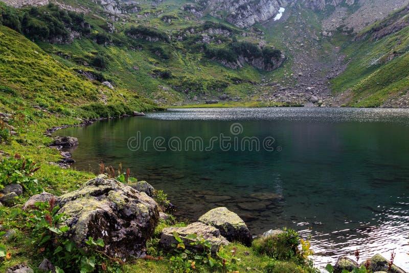 На озере Mzy горы в горах абхазии стоковая фотография rf