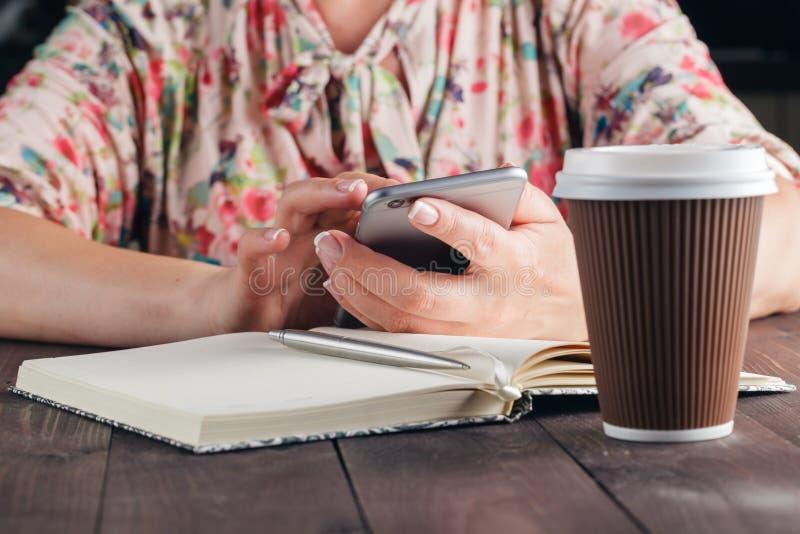 Надомный труд женщины фрилансера с мобильным телефоном стоковая фотография