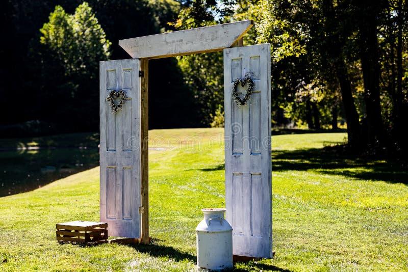 На открытом воздухе беседка свадьбы подготовленная для деревенской свадьбы стоковая фотография
