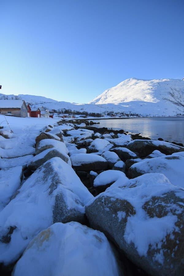 На открытом воздухе взгляд снега кладя над утесами около Ersfjordbotn стоковое фото rf