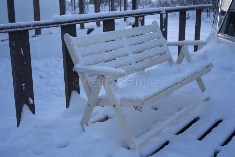На открытом воздухе заполнение стула снега стоковое изображение