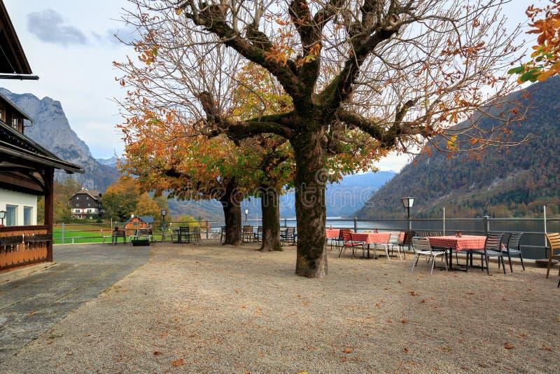 На открытом воздухе кафе обозревая Альп и озеро Grundlsee Городок Grundlsee, Австрии стоковые изображения rf