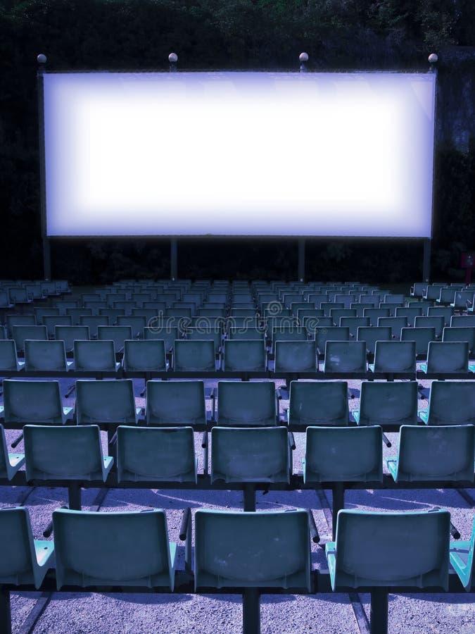 На открытом воздухе кино с белым экраном проекции - тонизированным изображением стоковые изображения