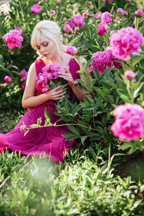 На открытом воздухе конец вверх по портрету красивой молодой женщины в зацветая саде Женская концепция моды весны стоковое изображение