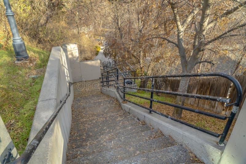 На открытом воздухе лестница и старые деревянные обнесут забором Юту стоковая фотография