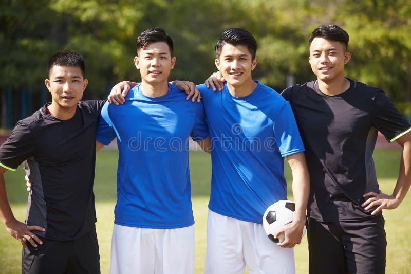 На открытом воздухе портрет азиатских футболистов стоковые фото